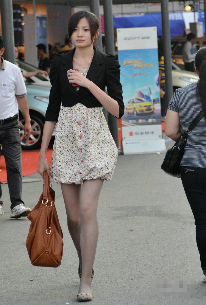 实拍深圳街头丝袜美女《组图》