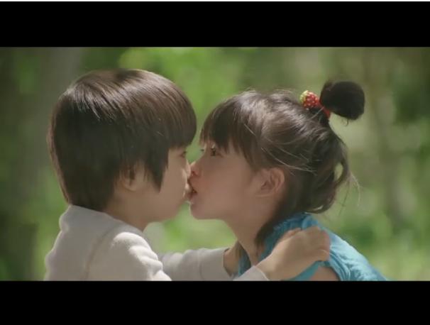 还记得那张一个小男孩和小女孩接吻的图片吗?