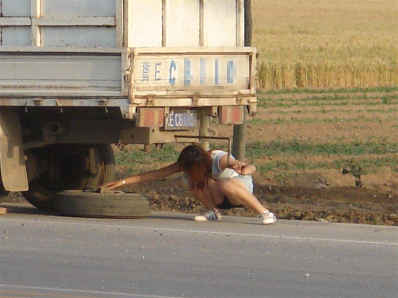 车爆胎后美女自换备胎