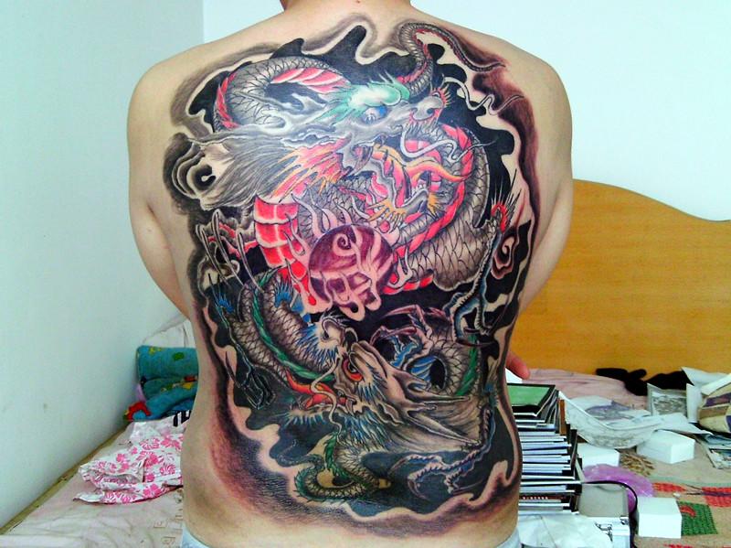男人背上风火轮与狼纹身图片