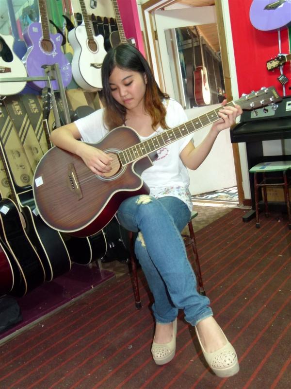 买吉他 包教会 三周可入门 当天能弹歌 九江吉他培训 钢琴高清图片