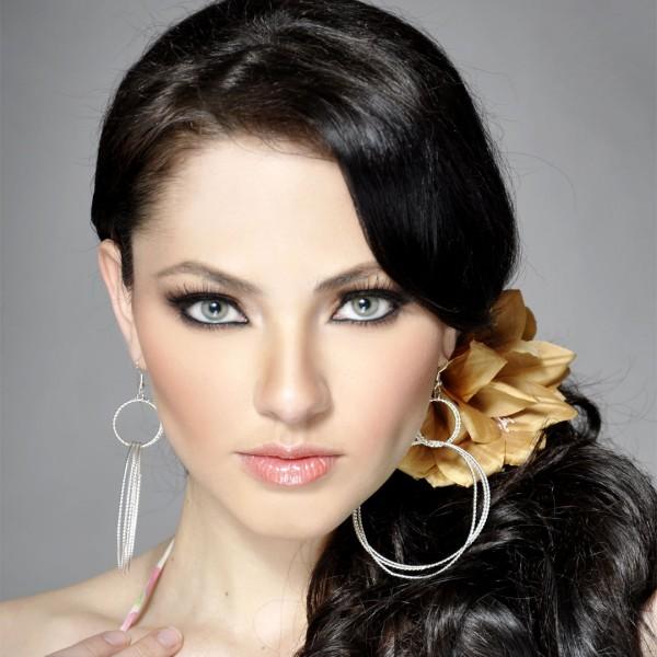 外国人卷发女分享展示图片