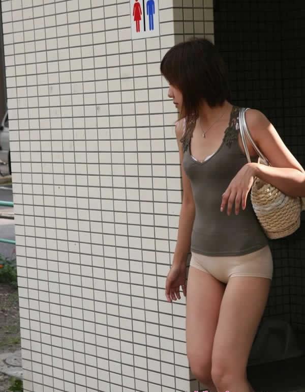 美女 你裤子落在公厕了