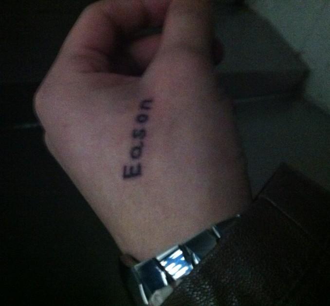 惊现虎口字母纹身.陈奕迅笑了图片图片