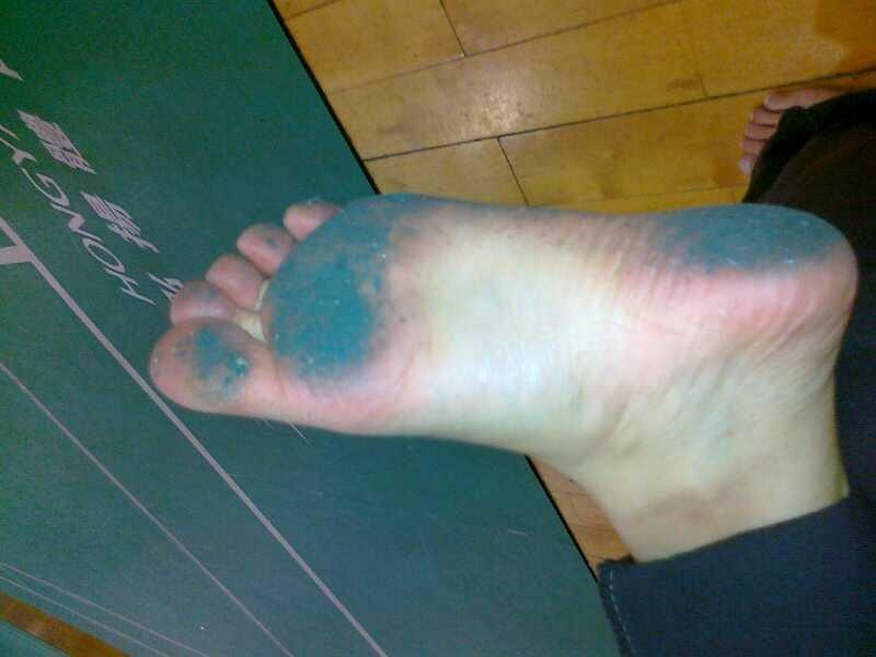 美女赤脚戴脚镣 赤脚钉脚镣图片