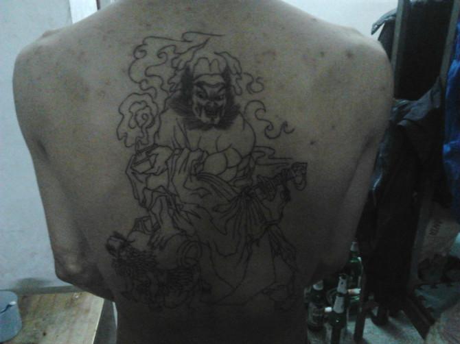 背上纹了钟馗,没上色,太痛图片