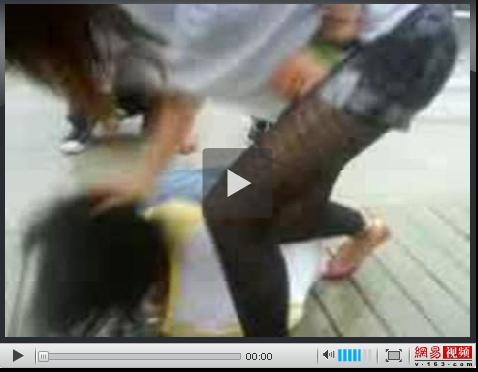 从视频中可以看到 这三名女生轮流用脚踢这名女生的