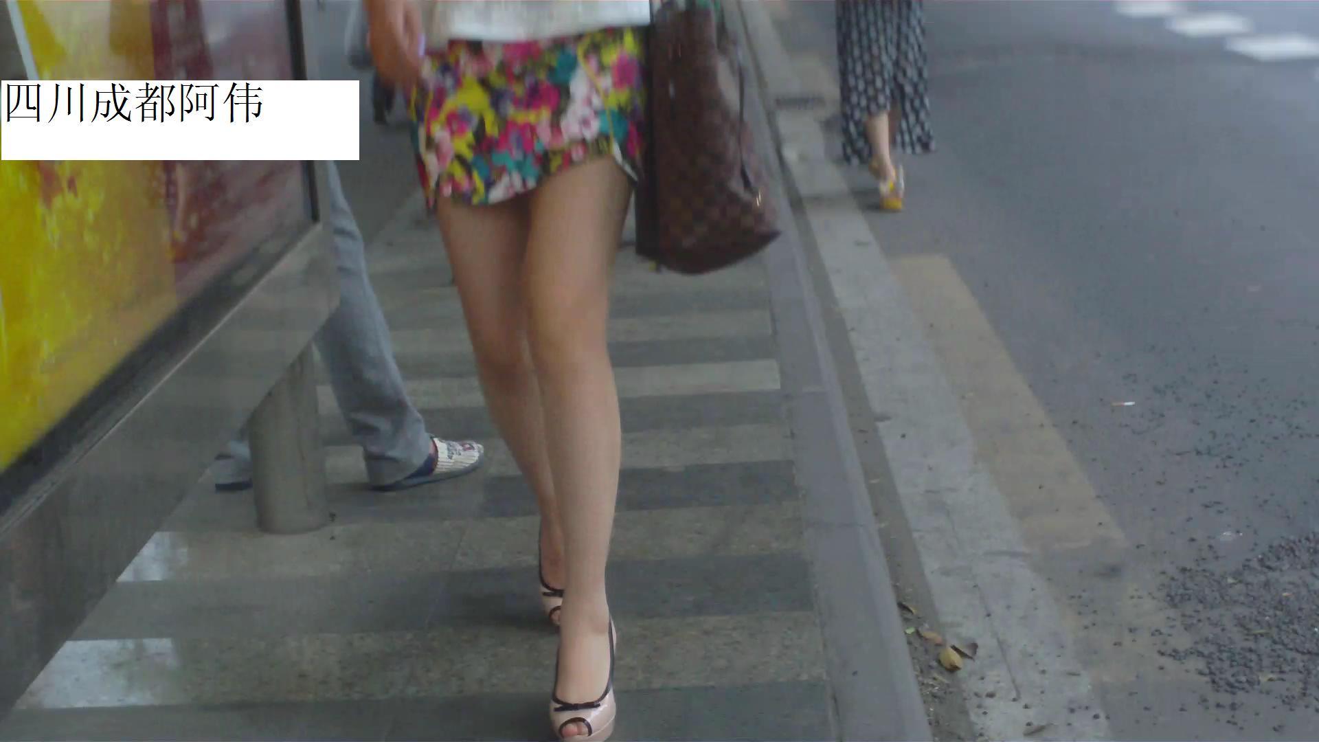 公交美女裙底