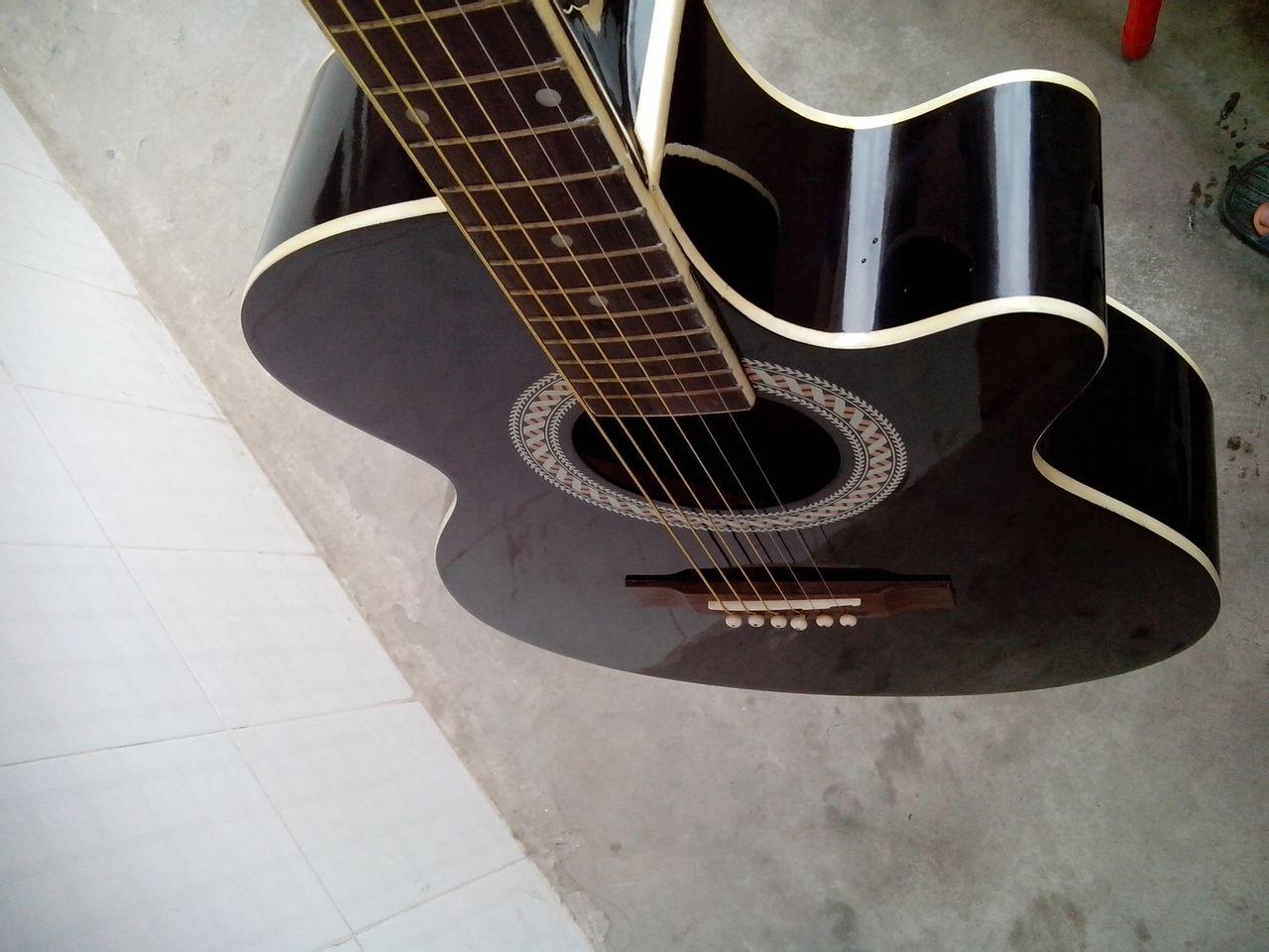 吉他,琴板厚实,指板是云朵的符号.音色纯正,音调准确.基本上高清图片