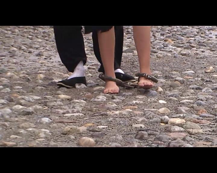 【有视频】押解可怜美女赤脚镣铐艰难走石子路!