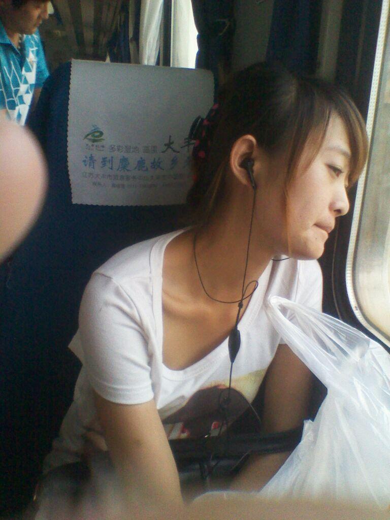 正在火车上 对面有个七分妹子