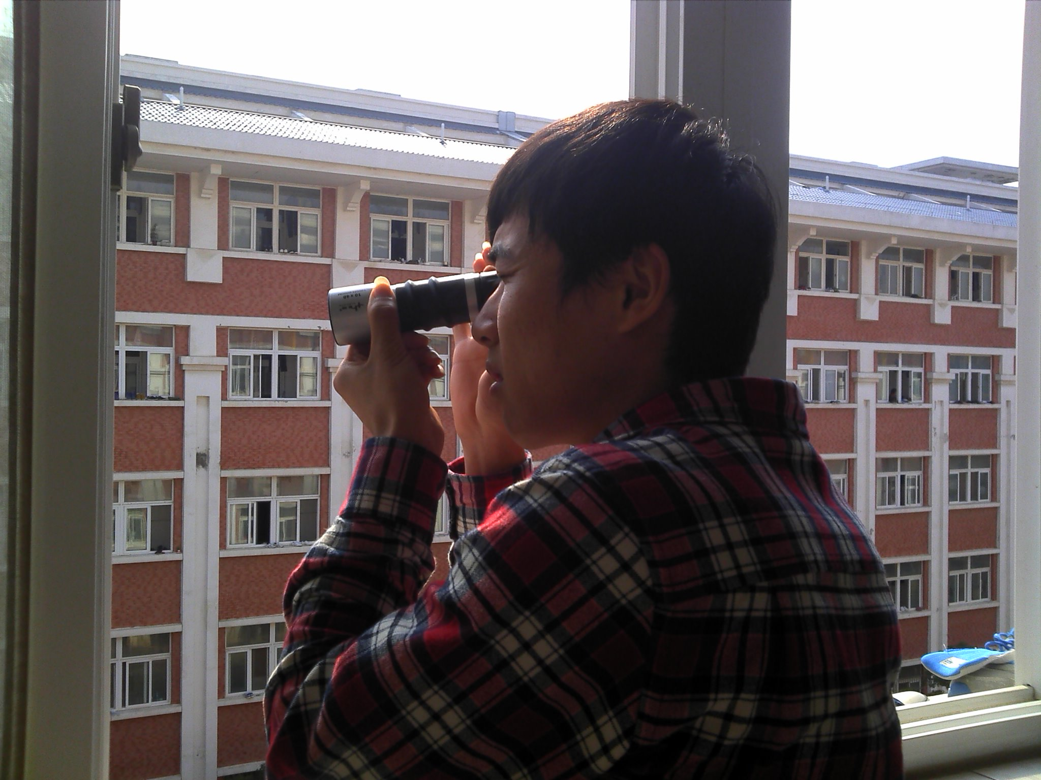 对于此偷窥狂拿着望远镜偷窥女生宿舍