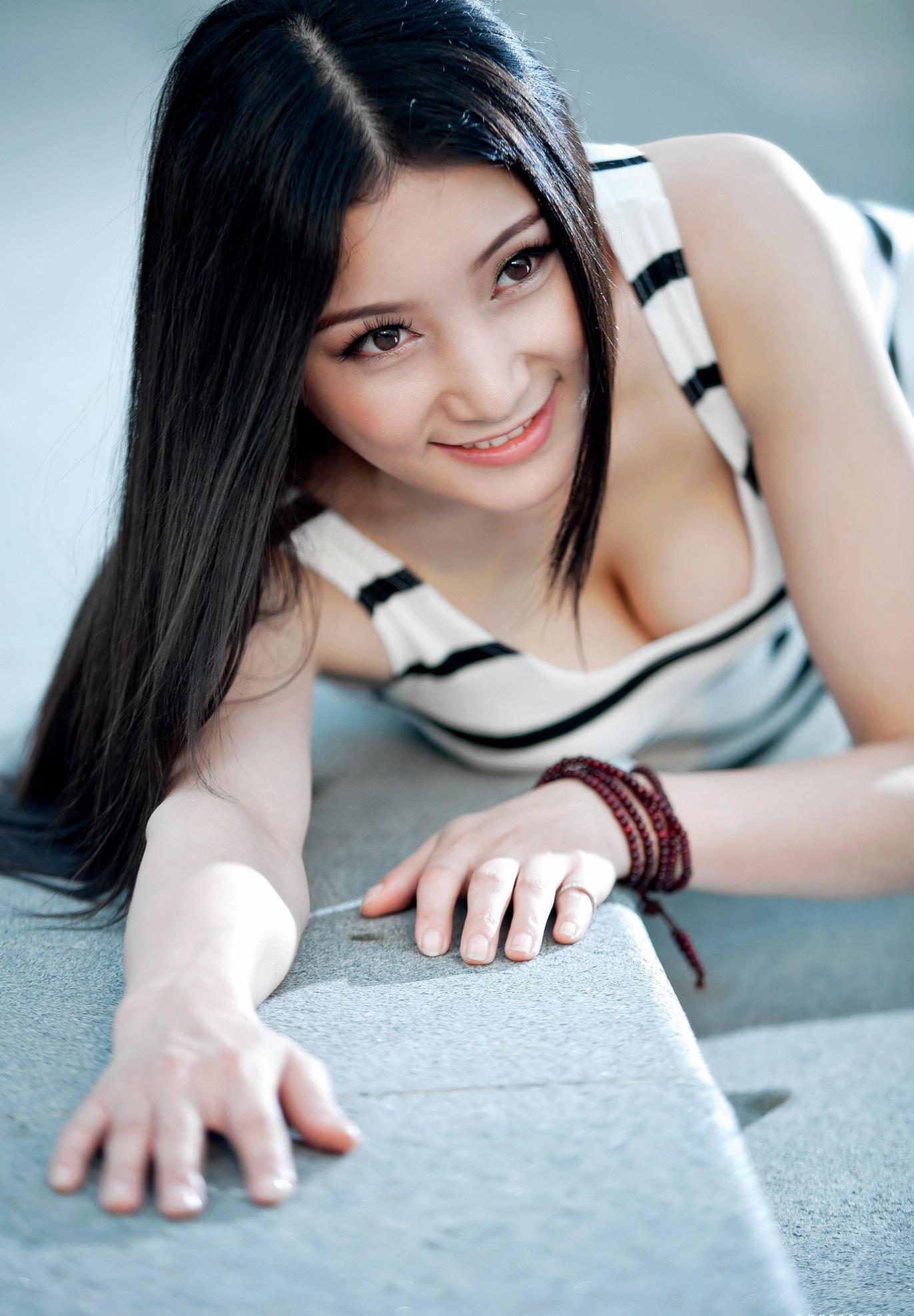 乌黑的长发,靓靓的美人儿图片