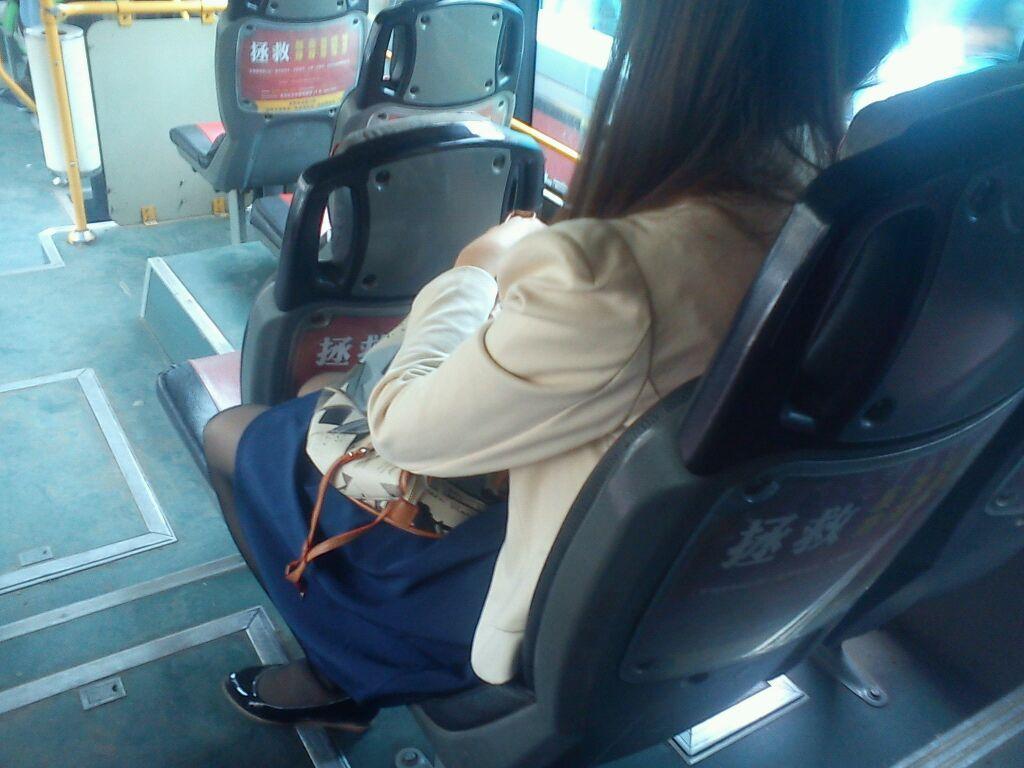 公交车上的黑丝美女