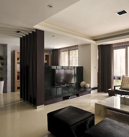 重色的木条格栅修饰电视柜、电视墙与书柜三种高度的落差,高清图片