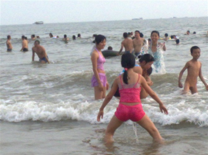 美女在海边忍不住了哈哈