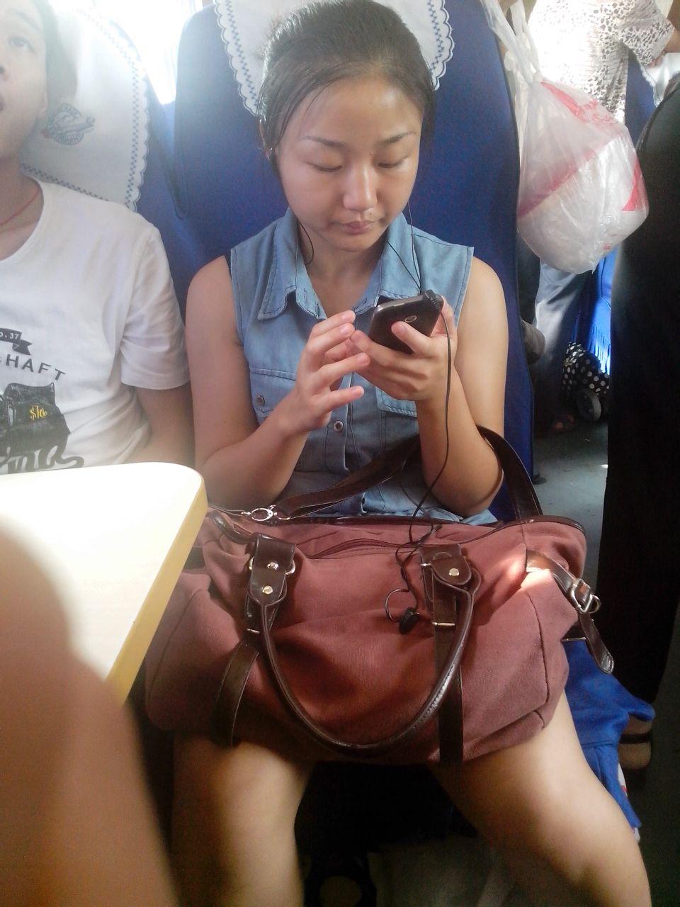 火车上冒死用小7偷拍用a750的美女 竖