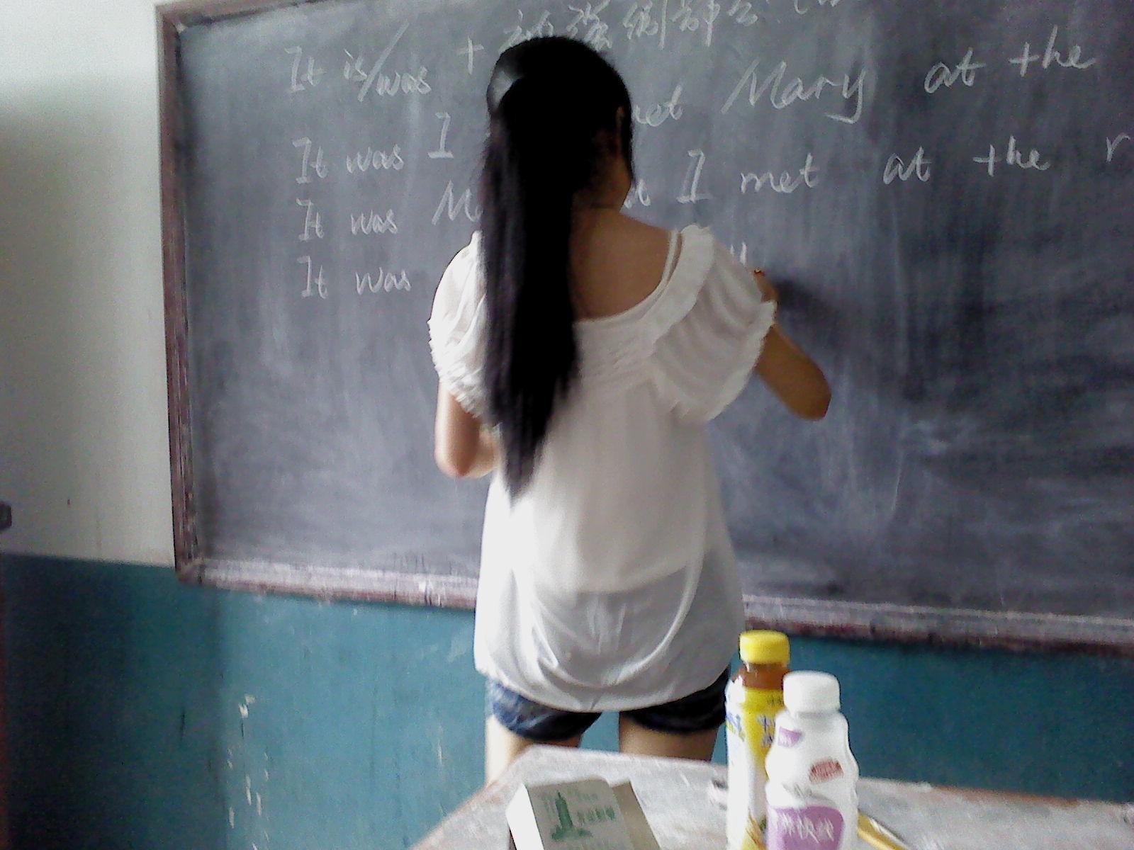 考场有位美女监考老师