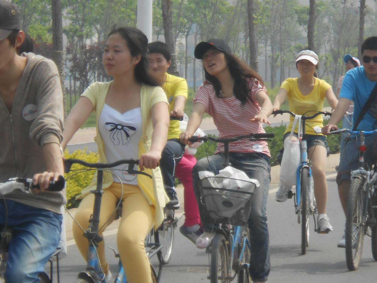 为什么女生喜欢穿短裙骑车啊?求原因!