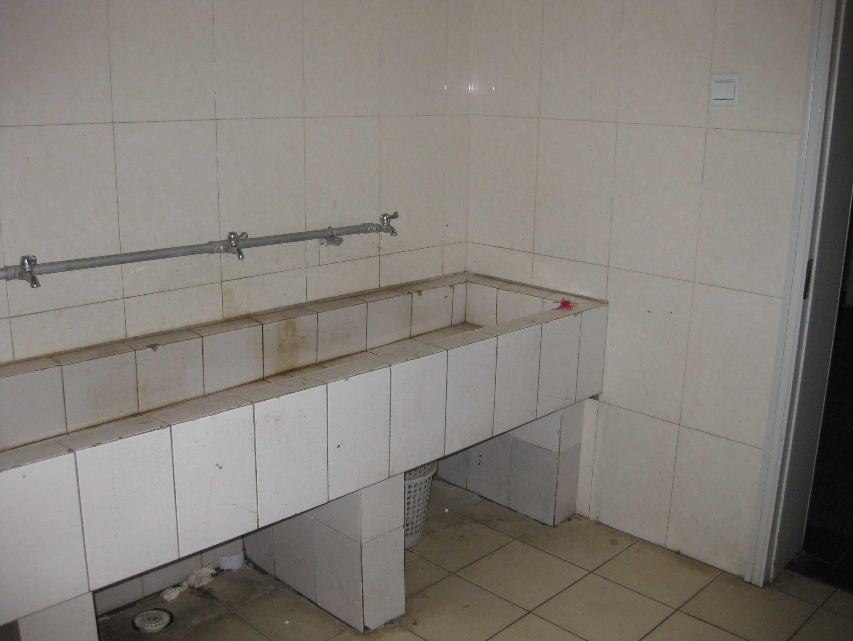 厕所,这是外面的洗手间我在这里灌过水球,洗过试管,被氨水熏过高清图片