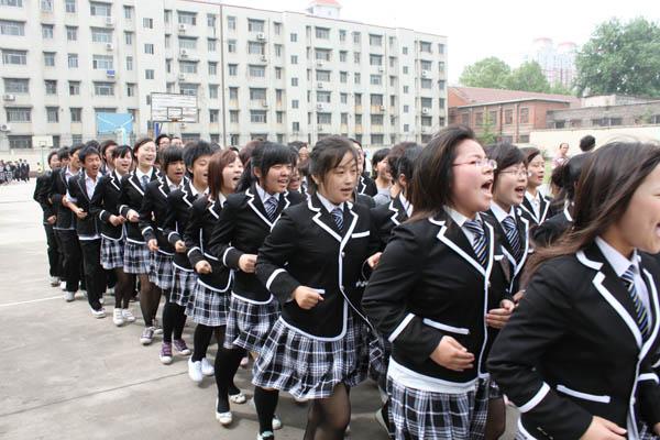 广州市第七中学校服有图片?初中升高武汉的政策中图片