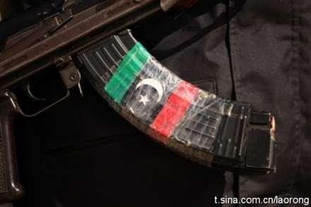 看利比亚人民战斗经验丰富啊,两弹夹绑一起用
