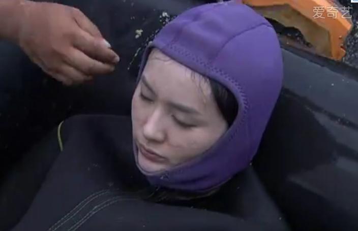 美女潜水员救人遇险