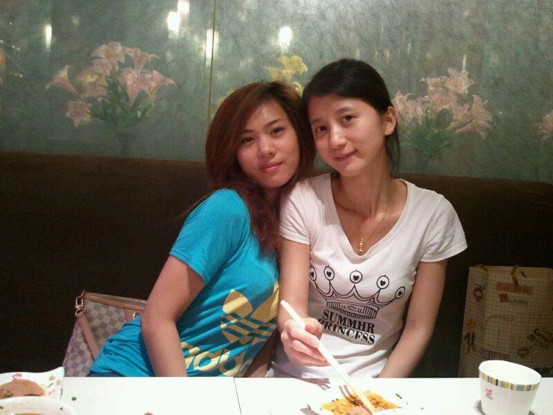 跟两位美女吃火锅