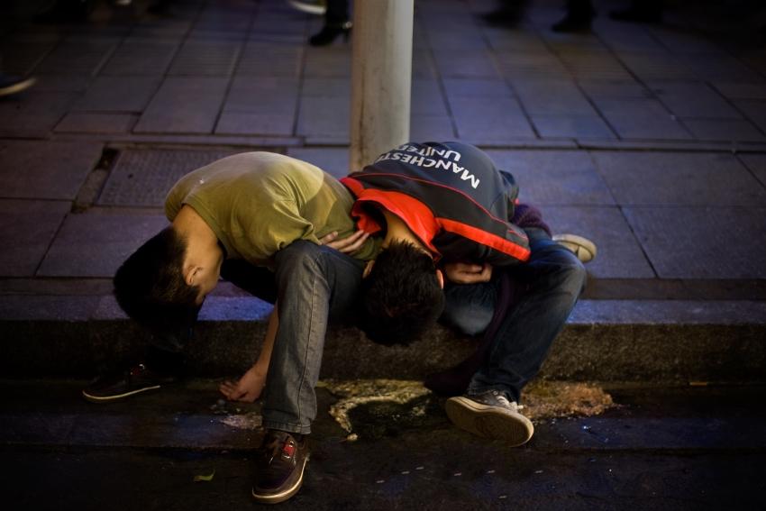 醉在大街上 肆意呕吐?