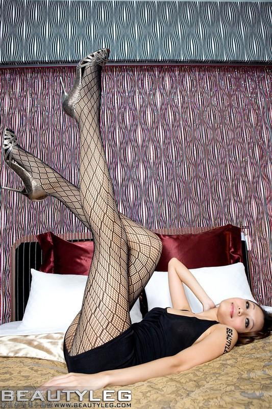 性感美女穿上高跟凉鞋