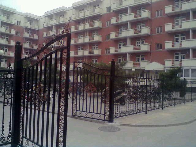 有公寓村五号楼照片么?听说装了个大铁门图片