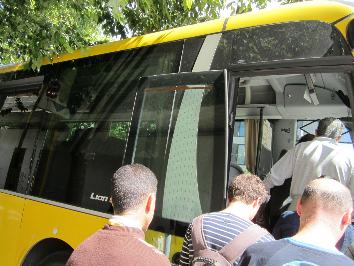 公交车美女走多图 美女扛走