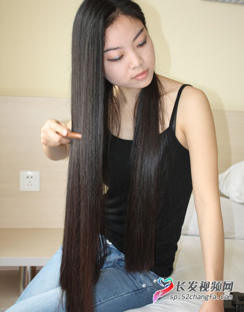 长发上插满鲜花的美女