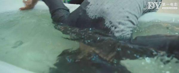 妻子还在浴缸内挣扎 这样下去就溺死了!