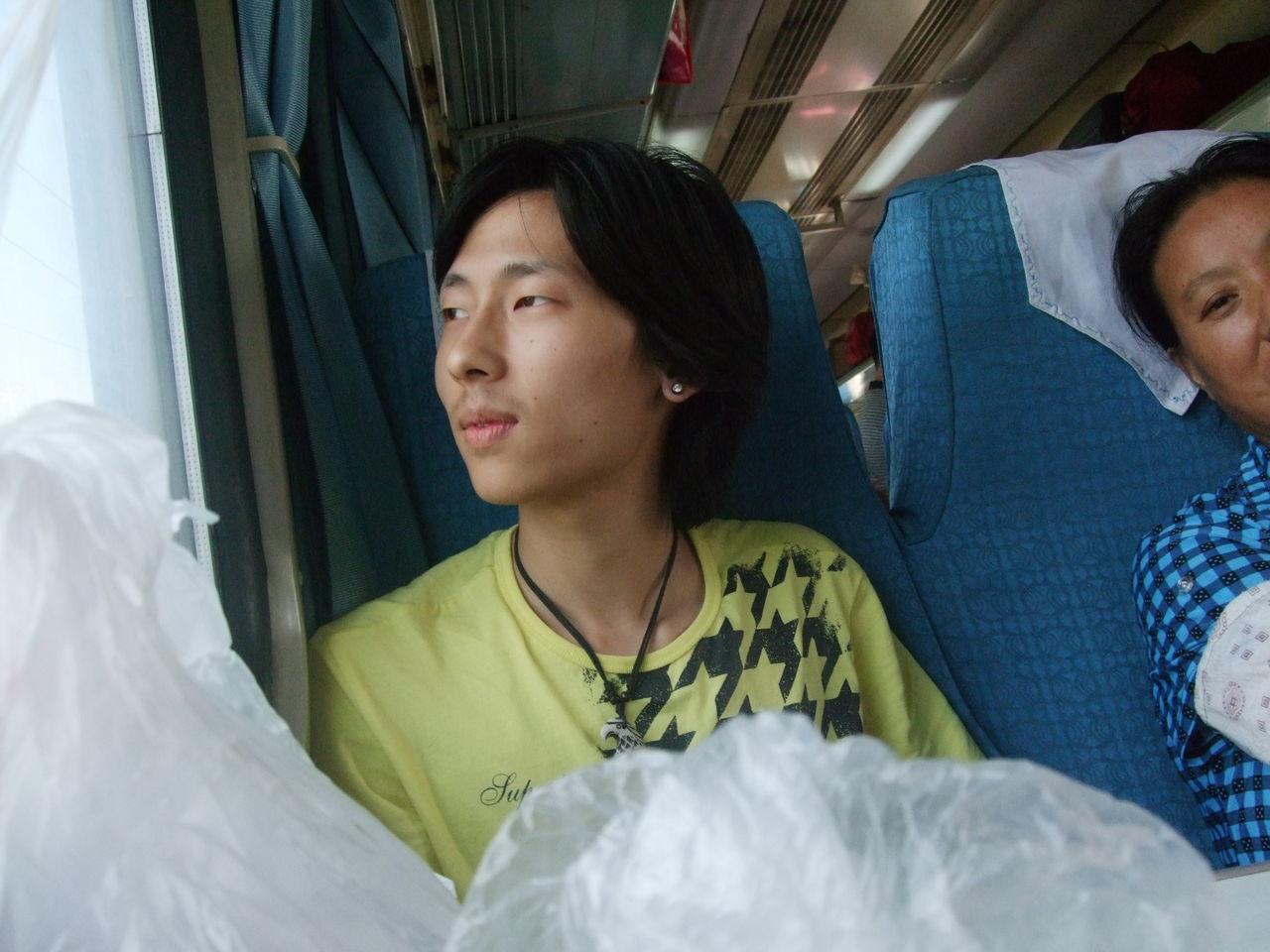 火车上对面坐了一美女