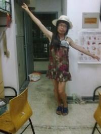 穿着女装对着女生宿舍狂跳艳舞
