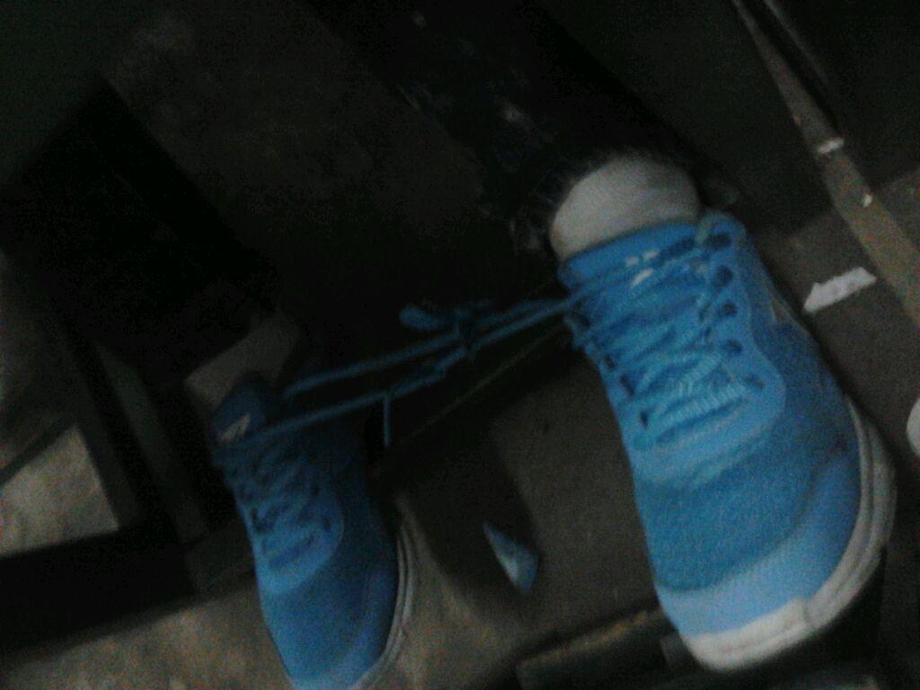 我把同桌后面的女生鞋带给偷偷解了…然后又偷偷帮她
