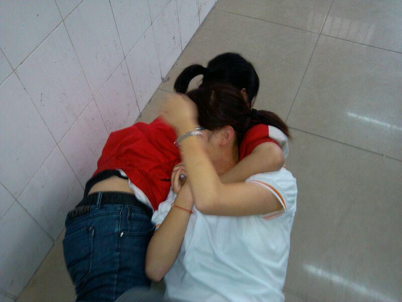 俩女生 在打架