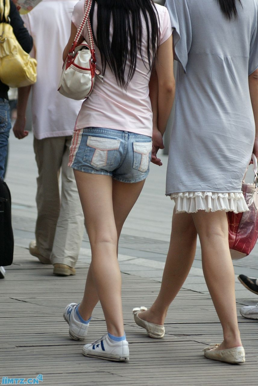 帆布鞋白袜踩踏图片《《女生帆布鞋配白袜《《美女鞋