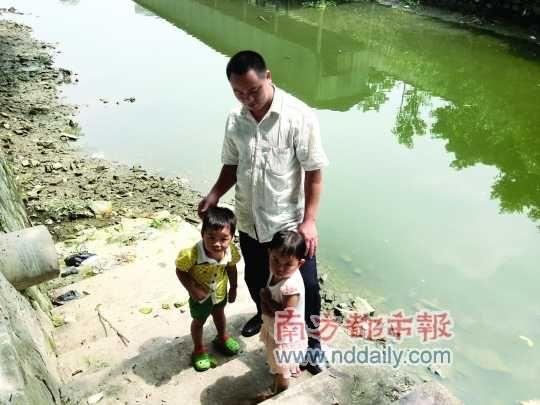 东莞两幼儿河涌落水 村民倒背溺水儿奔跑救活