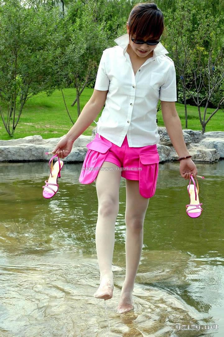 湿裤子》》尿急湿裤子》》男生扒下女生的裤子