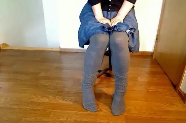 女孩憋不住尿裤子》》mm憋不住尿裤子》》美女内急憋