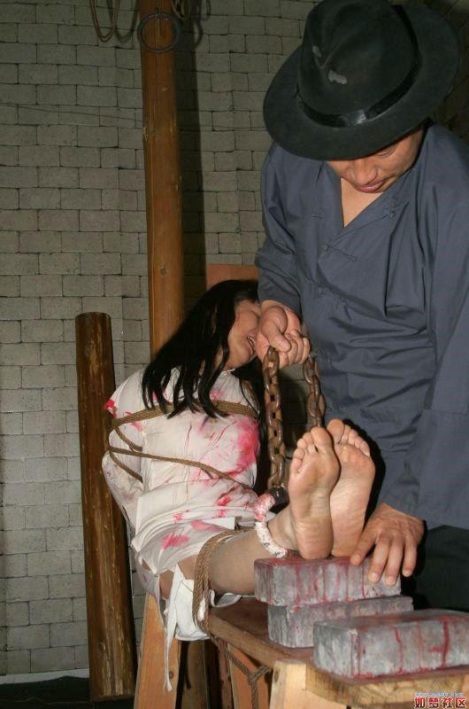 少女被敌兵投入集中营 光脚戴镣苦受折磨有图