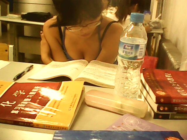 师大图书馆的一个女生