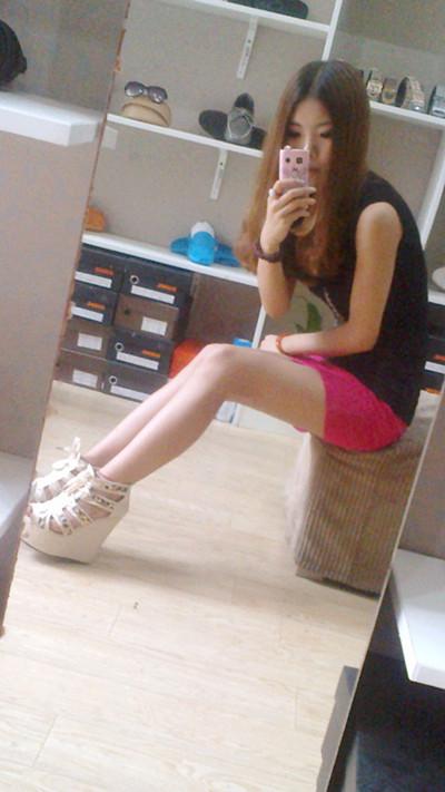 鞋店为美女穿鞋