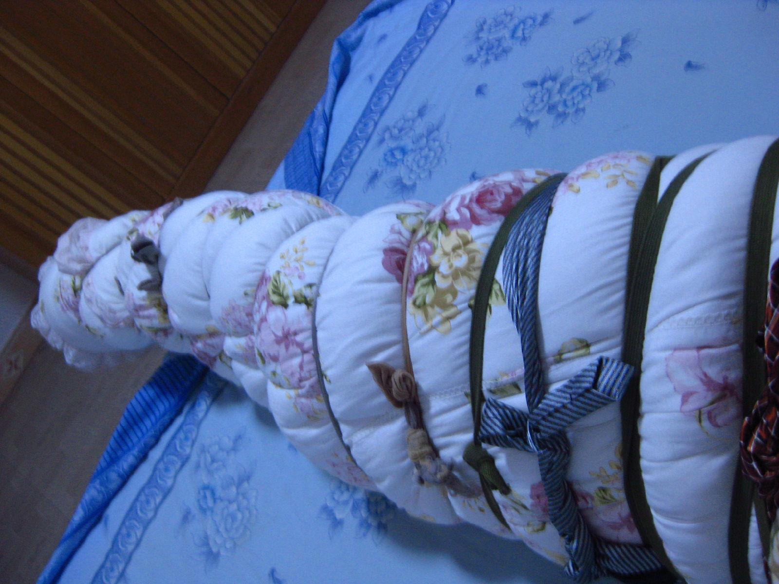 美女被捆绑棉被包裹