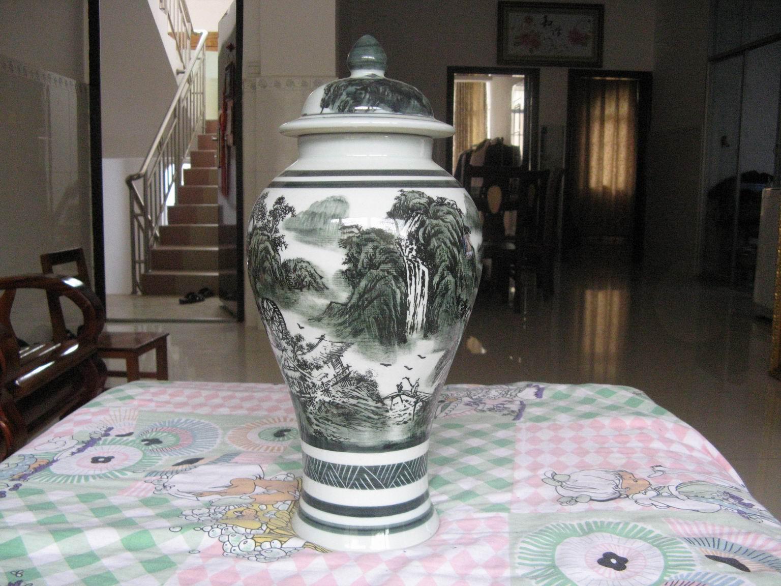 今年5月,在地里劳作时,挖掘出一只青花瓷瓶(如图),瓶高约37...