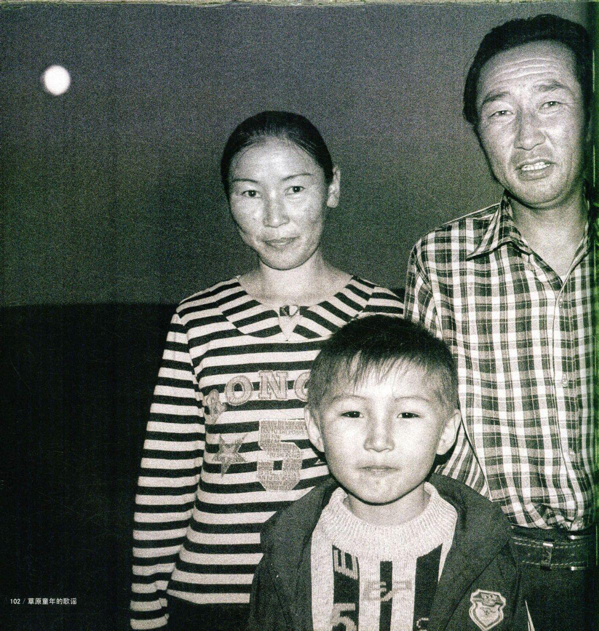 第一个是乌达木的爸爸妈妈么图片