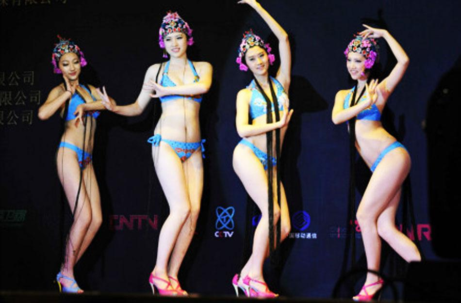 亮瞎眼!美女穿比基尼表演京剧
