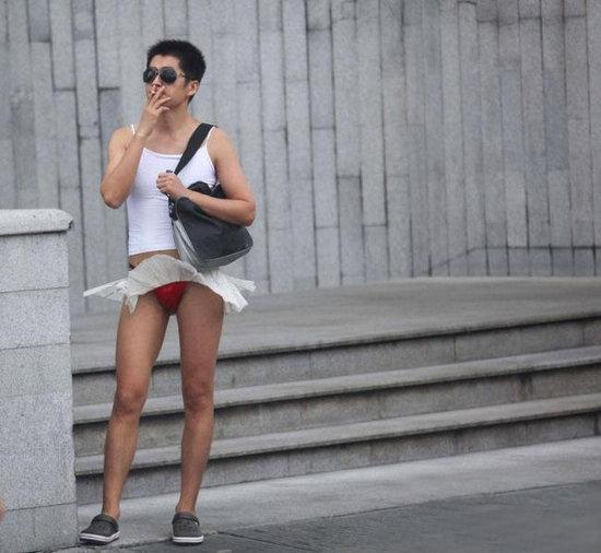 在中国银行穿红内裤取钱的那个美女